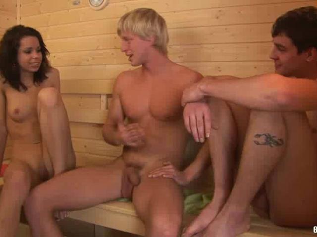 Бисексуалы в сауне в порно онлайн