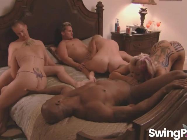 Порно свингеров плейбой секс в троем